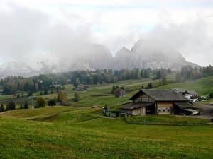 Фото Италия Пейзаж Горы Поля Дома Тумане Seiser Alm Природа