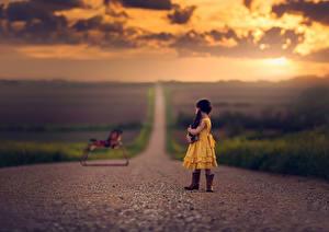 Фотографии Игрушка Небо Рассвет и закат Дороги Девочка Платье Дети