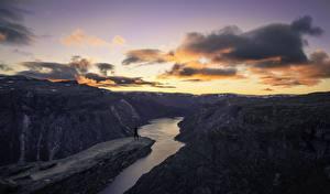Картинка Речка Горы Рассветы и закаты Облака Каньон Природа