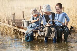 Обои Рыбалка Удочка Мальчики Трое 3 Шапки Сидящие Ребёнок