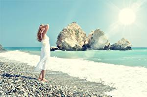 Фотография Камни Море Побережье Лучи света Платье Скала Блондинка Девушки