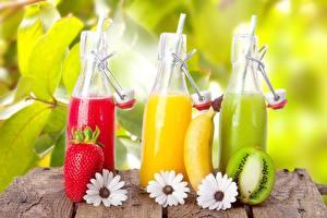 Картинки Бананы Киви Клубника Напитки Крупным планом Бутылка Продукты питания