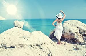 Фото Море Камень Лето Платье Лучи света Шляпы Природа Девушки