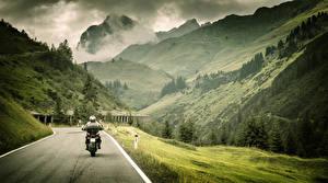Фотография Горы Дороги Пейзаж Мотоциклист Траве Природа