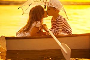 Картинки Лодки Влюбленные пары Мальчики Девочки Двое Зонт Дети