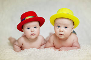 Картинка Младенца Шляпа Красная Желтый Две Смотрят ребёнок
