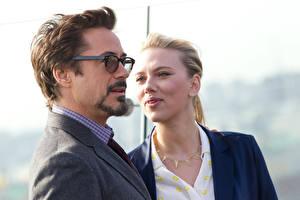 Картинки Robert Downey Jr Скарлетт Йоханссон Мужчины Очки Блондинка Знаменитости Девушки