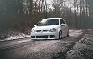 Картинка Volkswagen Зима Дороги Белых Спереди golf gti stance Автомобили