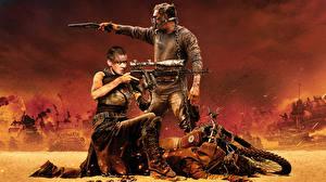 Обои Шарлиз Терон Мужчины Снайперская винтовка Безумный Макс: Дорога ярости Tom Hardy Tom Hardy Фильмы Знаменитости Девушки