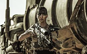 Картинки Charlize Theron Снайперская винтовка Безумный Макс: Дорога ярости Снайперы Imperator Furiosa Кино Знаменитости Девушки