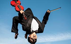 Фото Скрипки Мужчины Прыгать Костюме