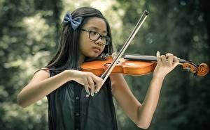 Фото Скрипка Азиаты Брюнетка Очков Руки Девочки ребёнок