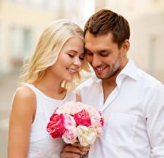 Фотография Букеты Любовники Мужчина Блондинок Два Улыбка Свидание девушка Цветы
