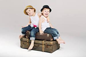 Картинка Мальчишки Двое Шляпы Джинсов Майки ребёнок