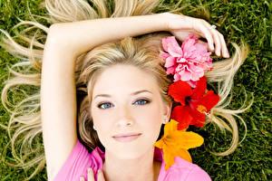 Фото Лилии Взгляд Блондинок Лица Руки Улыбается Девушки Цветы