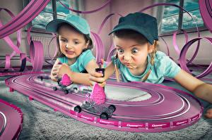 Картинка Игрушки Девочки Два Бейсболка Играет ребёнок