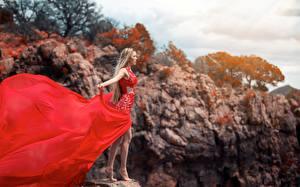 Картинки Блондинки Скалы Платье Красных Девушки