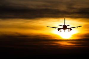 Картинки Самолеты Рассветы и закаты Небо Пассажирские Самолеты Летящий Авиация