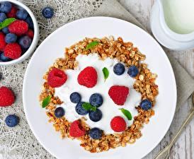 Картинки Малина Черника Крупным планом Фрукты Мюсли Тарелка dessert Продукты питания