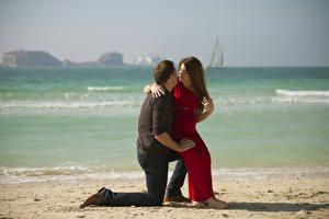 Фотографии Мужчина Море Влюбленные пары Пляжи Платье Девушки