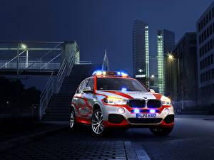 Фотографии BMW Тюнинг Дома Ночью Спереди 2014 X5 xDrive30d Notarzt (F15) Автомобили Города