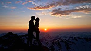 Картинки Рассветы и закаты Любовники Небо Мужчины Горы 2 Облака Силуэта Природа Девушки