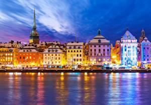 Картинки Швеция Побережье Дома Небо Стокгольм Ночные Уличные фонари Города