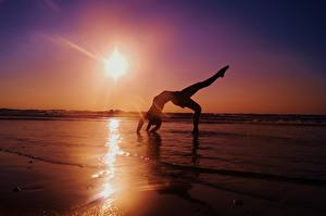 Обои Море Рассветы и закаты Гимнастика Солнце Девушки фото