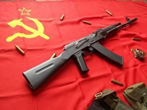 Фотографии Автоматы АК 47 Флаг СССР Серп и молот Армия