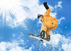 Картинки Сноуборд Мужчины Небо Лучи света Облако Спорт