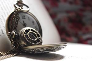 Фотография Часы Крупным планом Карманные часы Книга