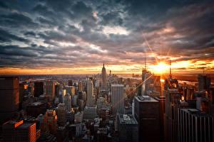 Картинки Штаты Небоскребы Рассвет и закат Небо Нью-Йорк Мегаполиса Облачно Manhattan город