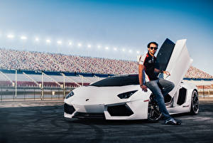 Фотографии Ламборгини Мужчины Белый Дорогие Charles Siritho Fernando Barbachano Aventador Машины Знаменитости