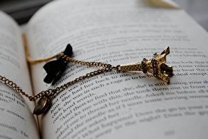 Фото Украшения Вблизи Париж Эйфелева башня Книги Сувенир Цепи Страницы