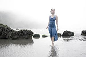 Картинка Камень Море Платья Тумана Девушки