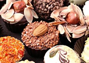 Фото Конфеты Сладкая еда Орехи Крупным планом Шоколад Еда