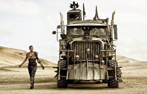 Фото Безумный Макс: Дорога ярости Charlize Theron Пустыня Грузовики Спереди Фильмы