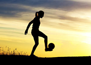 Фотографии Рассвет и закат Небо Мяч Силуэта спортивный Девушки
