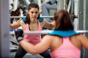 Картинка Фитнес Зеркала Отражении Физическое упражнение weight lifting спортивная Девушки