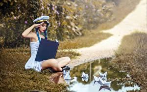 Фотография Коса Тропинка Лужа Книги Шляпы молодая женщина Юмор