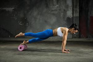 Фото Фитнес Отжимание Спортивные workout sportswear молодая женщина Девушки