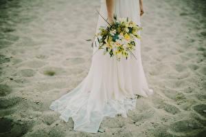 Фотографии Букет Платье Невесты Песке Пляжа девушка Цветы
