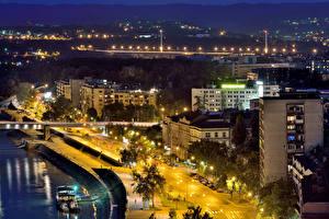Картинки Здания Дороги Реки Сербия Улица Ночные Уличные фонари Novi Sad Города
