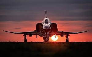 Картинки Истребители Рассветы и закаты Солнце McDonnell Douglas F-4 Phantom II Авиация