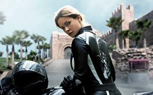 Обои для рабочего стола Миссия невыполнима Мотоциклист Куртках Шлем Rogue Nation Rebecca Ferguson Ilsa Фильмы Знаменитости Девушки