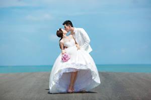 Картинки Мужчины Влюбленные пары Брак Жениха Невесты Платья молодая женщина