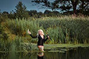 Картинки Ловля рыбы Удочка Блондинка Девушки
