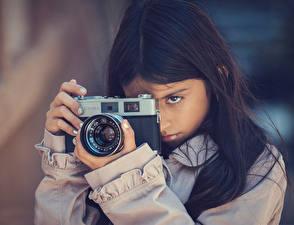 Фото Девочки Фотоаппарат Брюнетка Фотограф Focus Konica Дети