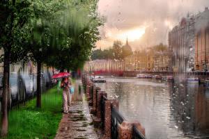 Картинки Санкт-Петербург Дождь Россия Зонт Улица Водный канал Города