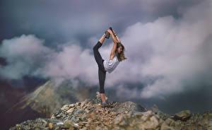 Фото Фитнес Горы Облака Растяжка упражнение Stretch спортивные Девушки Природа
